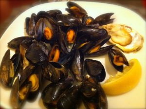 mussels served with lemon slice