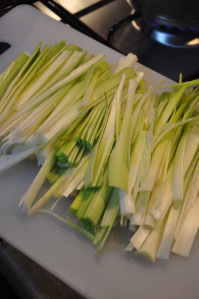 cut the leeks for chickpeas and leek soup