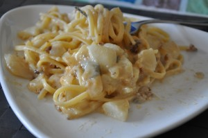 Linguine served with pears, nuts and gorgonzola cheese